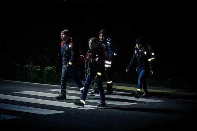 Українців зобов'язали носити світловідбиваючі елементи в темний час доби –  Країна